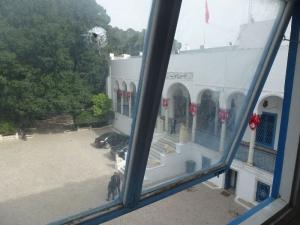 Guľky lietali aj von oknom k parlamentu
