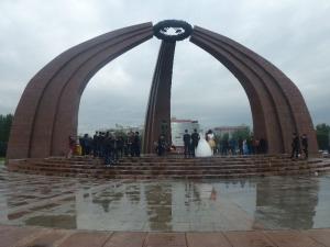 Svadba pri pamätníku s večným ohňom.