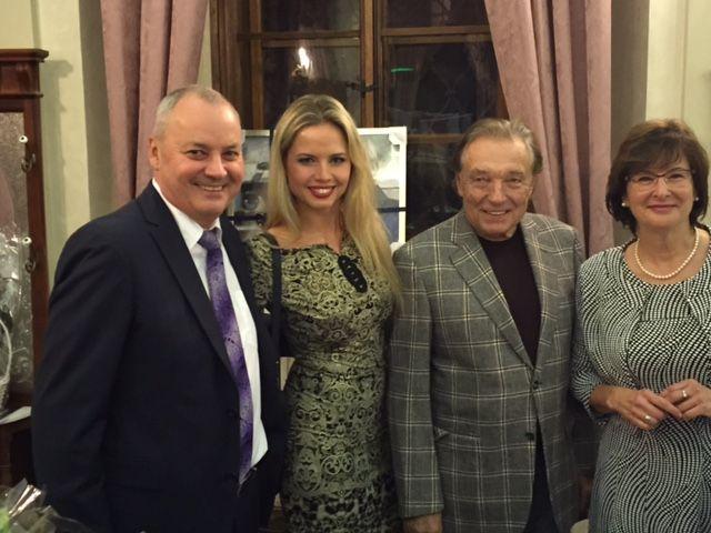 MUDr. J. Lešták s gratulantmi k jeho jubileu