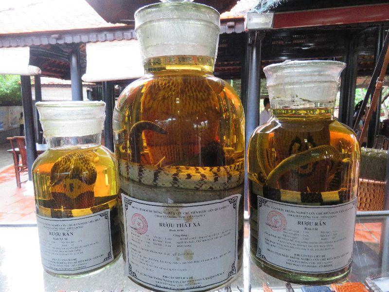 Exotický alkohol s hadmi.