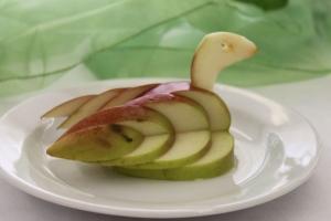 Ozdoba z jablka, práca študentov