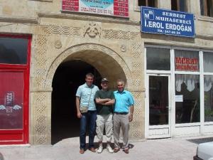 S Yašarom a jeho synom pred ich firmou
