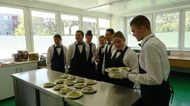 Študenti SOŠ na Farského č.9. v bratislavskej Petržalke servírujú studené predjedlo