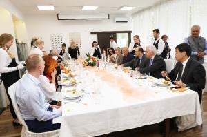 Za slávnostným stolom
